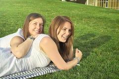 Due amici che si trovano sul prato inglese fotografia stock libera da diritti