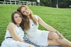 Due amici che si trovano sul prato inglese immagini stock