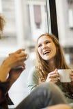 Due amici che sorridono insieme Fotografia Stock Libera da Diritti