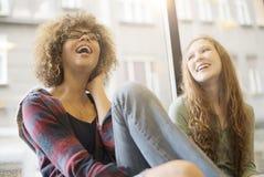 Due amici che sorridono insieme Fotografie Stock Libere da Diritti