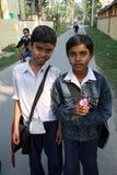 Due amici che vanno al banco Fotografia Stock