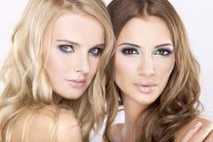 Due amici di ragazza - biondi e brunette Immagine Stock Libera da Diritti