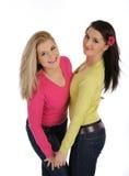 Due amici di ragazza graziosi che hanno divertimento e risata Fotografie Stock