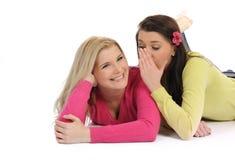 Due amici di ragazza graziosi che hanno divertimento e risata Fotografia Stock