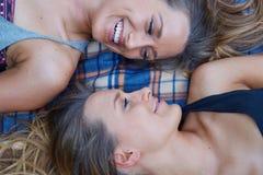 Due amici femminili fotografia stock libera da diritti