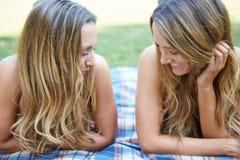 Due amici femminili immagini stock libere da diritti