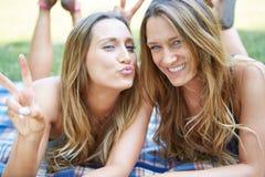 Due amici femminili immagine stock