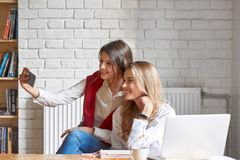 Due amici femminili al caffè immagini stock