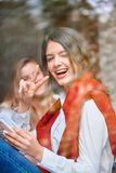Due amici femminili al caffè Fotografia Stock Libera da Diritti