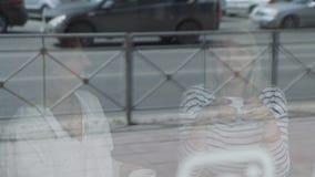 Due amici femminili che si incontrano in una caffetteria archivi video