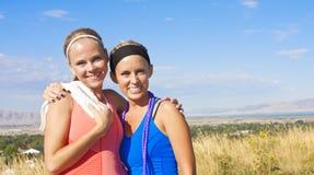 Due amici femminili dopo il loro allenamento Immagini Stock