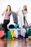 Due amici femminili felici dopo la compera Fotografia Stock Libera da Diritti
