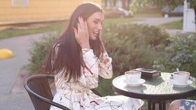 Due amici femminili in vestiti alla moda che raffreddano sul terrazzo archivi video