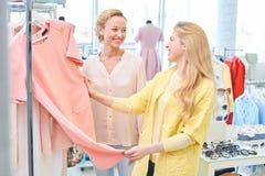 Due amici in un negozio di vestiti Fotografia Stock Libera da Diritti