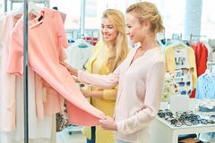 Due amici in un negozio di vestiti Fotografie Stock