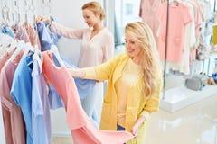 Due amici in un negozio di vestiti Immagini Stock Libere da Diritti