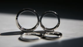 Due anelli di cerimonia nuziale stock footage