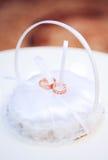 Due anelli di cerimonia nuziale dell'oro Immagini Stock