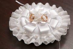 Due anelli di cerimonia nuziale dell'oro Immagine Stock