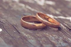 Due anelli di cerimonia nuziale sono oro Immagini Stock