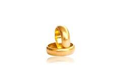 Due anelli di oro sul bianco con ombra. Fotografia Stock