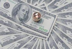 Due anelli di oro sul dollaro statunitense Fotografia Stock