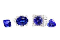 Due anelli differenti delle signore con Tanzanite e diamanti e due pietre di Tanzanite Fotografia Stock Libera da Diritti