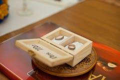 Due anelli incisi dorati alla moda in scatola di legno fotografie stock libere da diritti