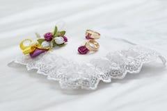 Due anelli sul fondo bianco del pizzo e della seta Fotografia Stock Libera da Diritti