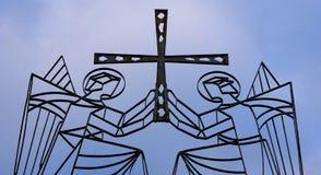 Due angeli che tengono una traversa immagine stock libera da diritti