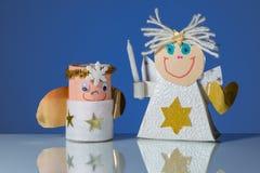 Due angeli dell'artigianato fatti da un bambino fotografia stock