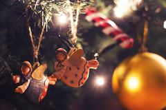Due angeli variopinti che appendono sull'albero di Natale Immagini Stock Libere da Diritti