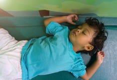 Due anni del bambino asiatico che dorme sul materasso Immagine Stock