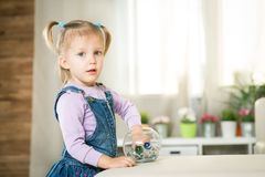 Due anni del bambino si trova sul pavimento Fotografia Stock Libera da Diritti