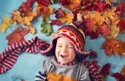 Due anni del ragazzo che sogna in autunno Immagine Stock