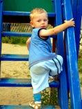 Due anni del ragazzo che va in su Fotografie Stock