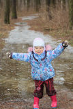 Due anni della ragazza che esplora pozza ghiacciata Fotografie Stock Libere da Diritti