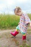 Due anni della ragazza del bambino in età prescolare divertendosi camminata Immagine Stock