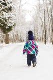Due anni della ragazza godono della sua esperienza della neve di prima volta Immagine Stock