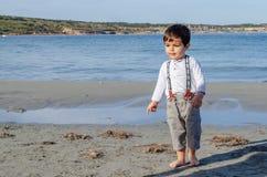 Due anni svegli del ragazzo che gioca sulla spiaggia fotografia stock libera da diritti