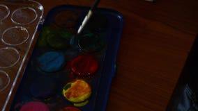 Due anni svegli della pittura del ragazzo con i colori di acqua archivi video