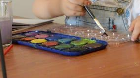 Due anni svegli della pittura del ragazzo con i colori di acqua video d archivio