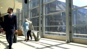 Due anziani che camminano con la valigia stock footage
