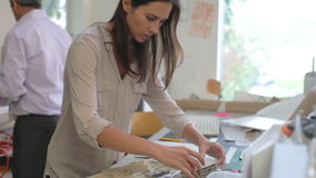 Due architetti che fanno insieme i modelli in ufficio stock footage