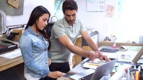 Due architetti che lavorano insieme ai modelli in ufficio stock footage