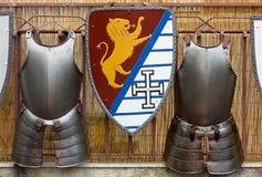 Due armature medievali e uno schermo Immagini Stock