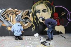 Due artisti dei graffiti sul lavoro Immagine Stock