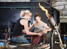 Lavoratori che puliscono gli strumenti caldi immagini stock libere da diritti