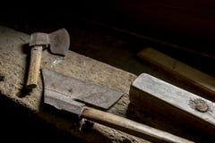 Due asce su un banco da lavoro di legno immagini stock libere da diritti