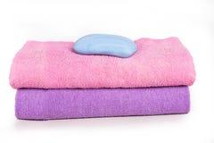 Due asciugamani e un sapone Immagine Stock